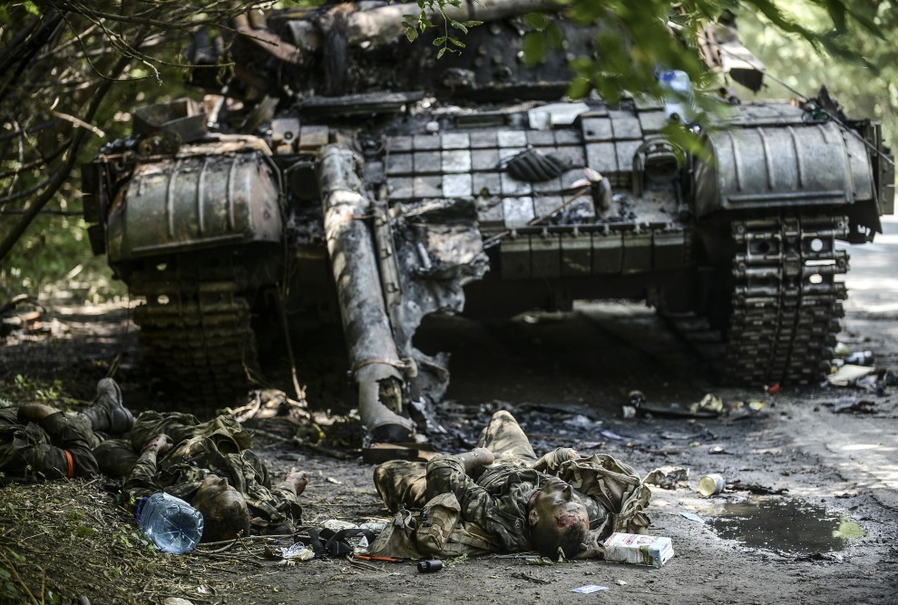 13.UKRAINA, Donieck, 22 lipca 2014: Ukraińscy żołnierze zabici podczas walk na przedmieściach Doniecka. AFP PHOTO/ BULENT KILIC