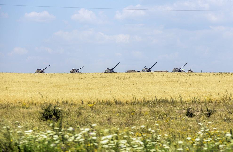 14.UKRAINA, Debaltseve, 31 lipca 2014: Ukraińskie czołgi rozstawione w pobliżu miejsca rozbicia zestrzelonego Boeinga 777. AFP PHOTO / BULENT KILIC
