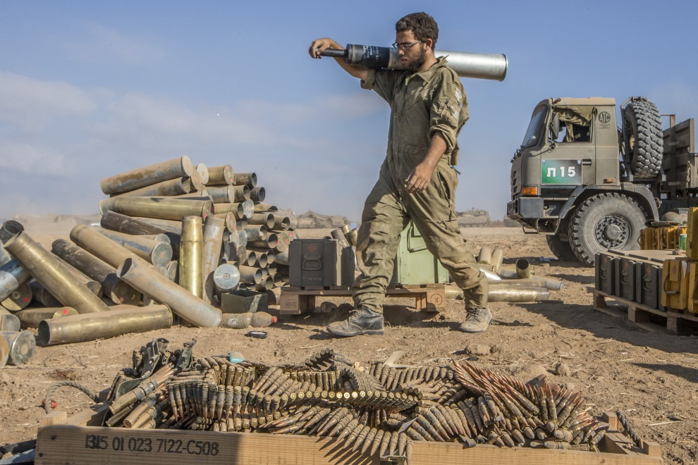 15.IZRAEL, pogranicze, 31 lipca 2014: Izraelski żołnierz ładuje amunicję do czołgu. AFP PHOTO/JACK GUEZ