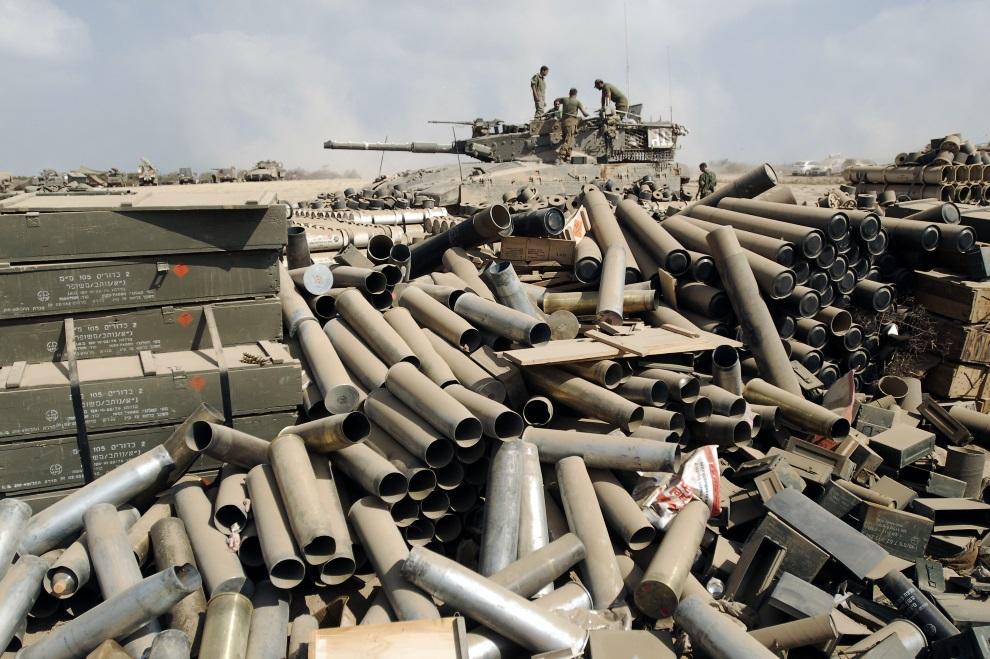 16.IZRAEL, pogranicze, 28 lipca 2014: Izraelskie łuski po wystrzelonych pociskach. AFP PHOTO/DAVID BUIMOVITCH