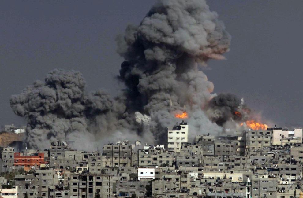 18.STREFA GAZY, 29 lipca 2014: Budynki bombardowane przez izraelskie wojska. AFP PHOTO / ASHRAF AMRA