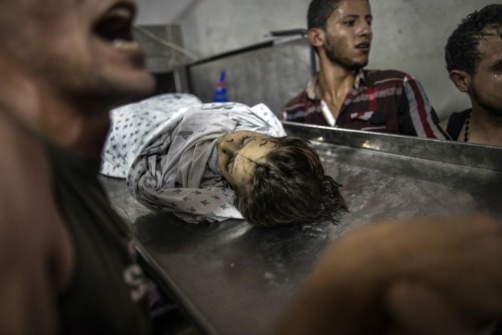 22.STREFA GAZY, 28 lipca 2014: Palestyńskie dziecko zabite podczas izraelskiego ostrzału. AFP PHOTO/MARCO LONGARI