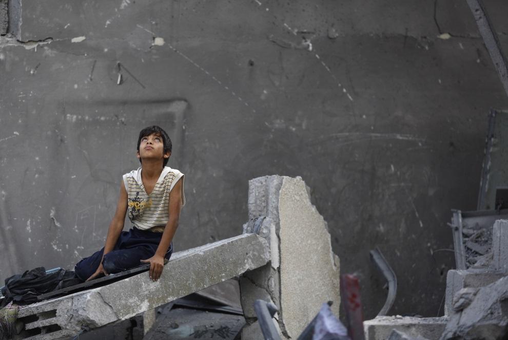 24.STREFA GAZY, 22 lipca 2014: Palestyński chłopiec na gruzach budynku. AFP PHOTO / MOHAMMED ABED