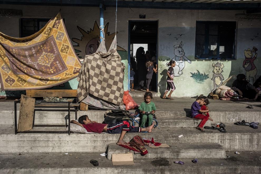27.STREFA GAZY, Jabalia, 25 lipca 2014: Dzieci przed szkoła prowadzoną przez ONZ. AFP PHOTO/MARCO LONGARI