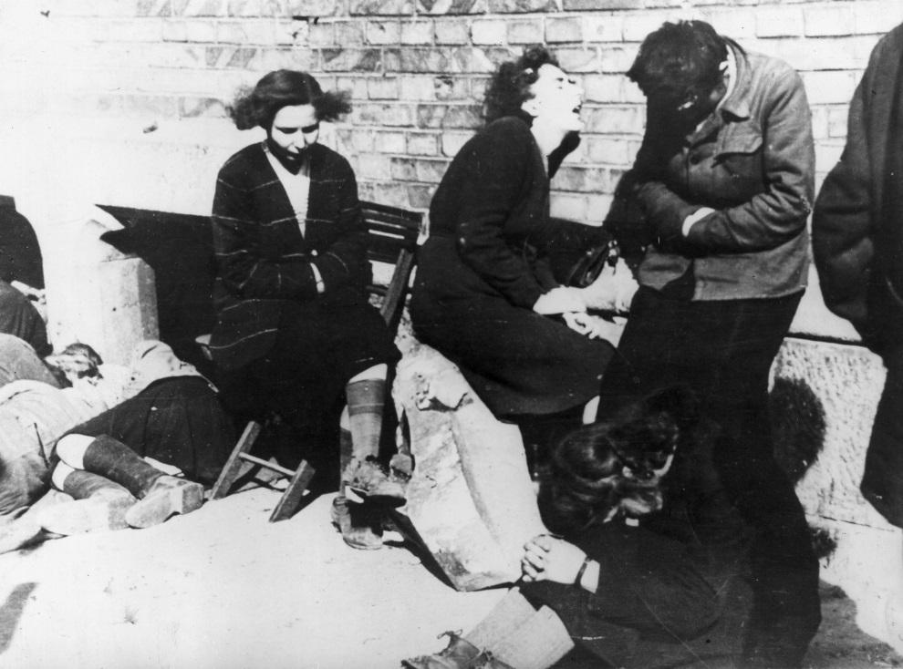 29.POLSKA, Warszawa, październik 1944: Grupa wycieńczonych mieszkańców Warszawy, po upadku Powstania Warszawskiego. (Foto: Keystone/Getty Images)