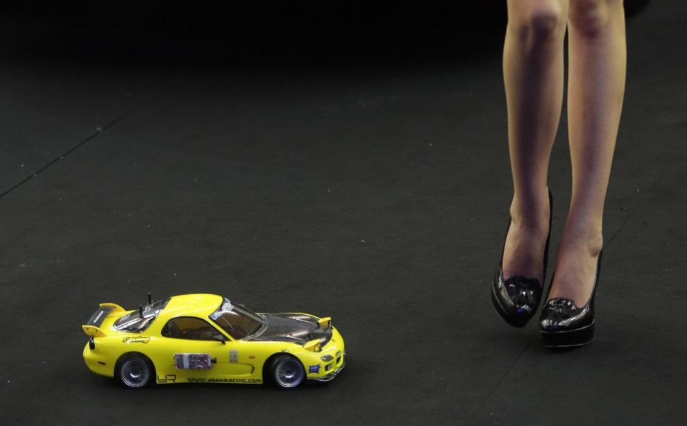 5.LIBAN, Jounieh, 31 lipca 2014: Modelka i zdalnie sterowany samochód na wystawie Lebanon Motorsport and Tuning Show. AFP PHOTO/JOSEPH EID