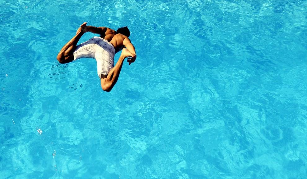 12.NIEMCY, Brema, 20 sierpnia 2009: Mężczyzna skaczący do basenu z wodą. AFP PHOTO DDP /DAVID HECKER GERMANY OUT