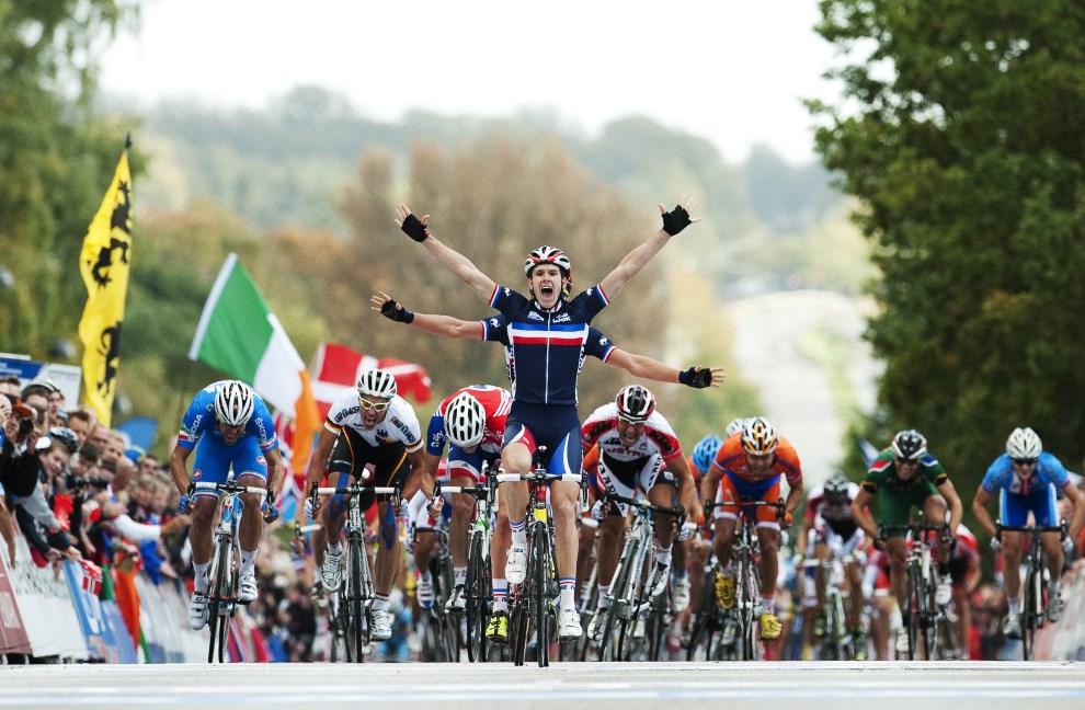 14.DANIA, Kopenchaga, 23 września 2011: Arnaud Demare (Francja) cieszy się ze zwycięstwa w etapie wyścigu UCI Cycling Road World Championships. Za jego plecami widoczne ręce kolegi z zespołu - Adriena Petita. AFP PHOTO/ JONATHAN NACKSTRAND