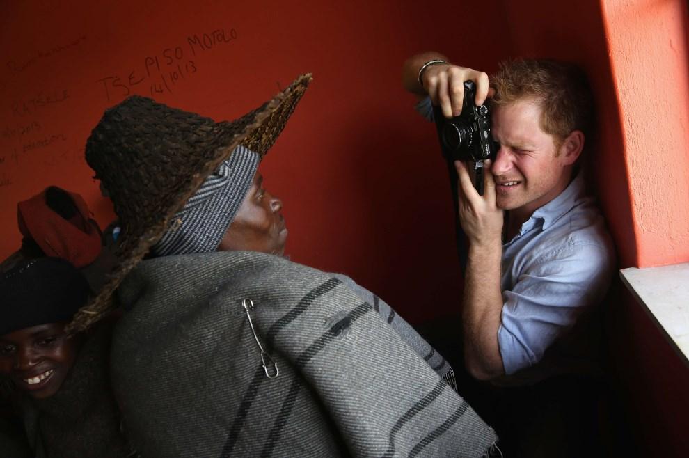 5.LESOTO, Mokhotlong, 8 grudnia 2014: Książy Harry fotogarfuje meżczyznę w szkole zbudowanej dzięki fundacji  Sentebale. AFP PHOTO / POOL / CHRIS JACKSON 5 HUM LSO AFP/POOL Chris Jackson/CJ/dan