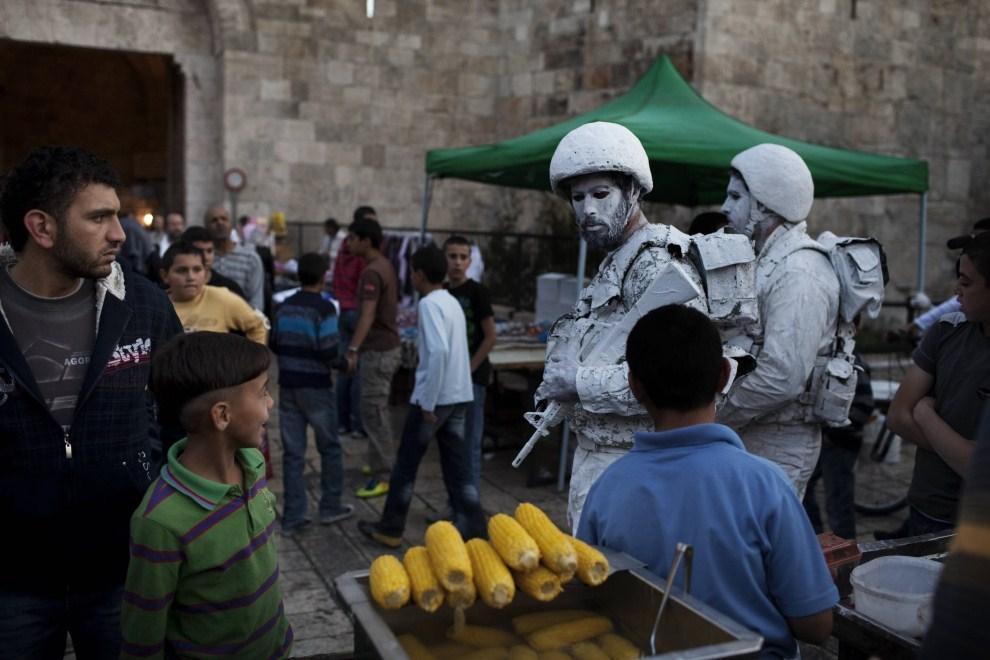 """7.IZRAEL, Jerozolima, 2 listopada 2011: Izraelscy artyści: Yuda Braun (po lewej) oraz Jonathan Peleg (po prawej) w czasie happeningu zatytułowanego """"The White Soldiers patrol Nomansland"""". AFP PHOTO/MENAHEM KAHANA"""