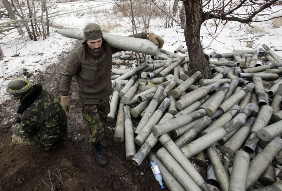 8.UKRAINA, Piski, 8 grudnia 2014: Ukraiński artylerzysta w pobliżu stanowiska ogniowego. AFP PHOTO / ANATOLII STEPANOV