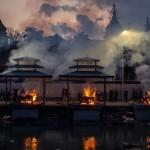 Masowe kremacje w Nepalu