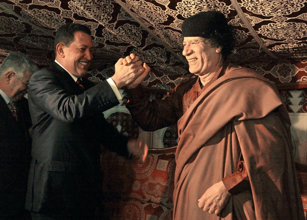 18. LIBIA, Trypolis, 24 listopada 2004: Muammar al-Kaddafi podczas spotkania z prezydentem Chile, Hugo Chavezem. AFP PHOTO/PRESIDENCIA