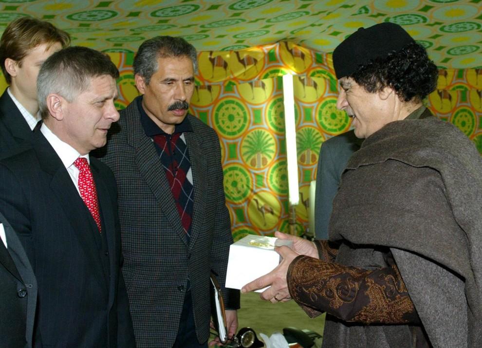 19. LIBIA, Trypolis, 5 stycznia 2004: Muammar al-Kaddafi podczas spotkania z premierem Markiem Belką. AFP PHOTO/JAROSLAW DELUCA-GORA