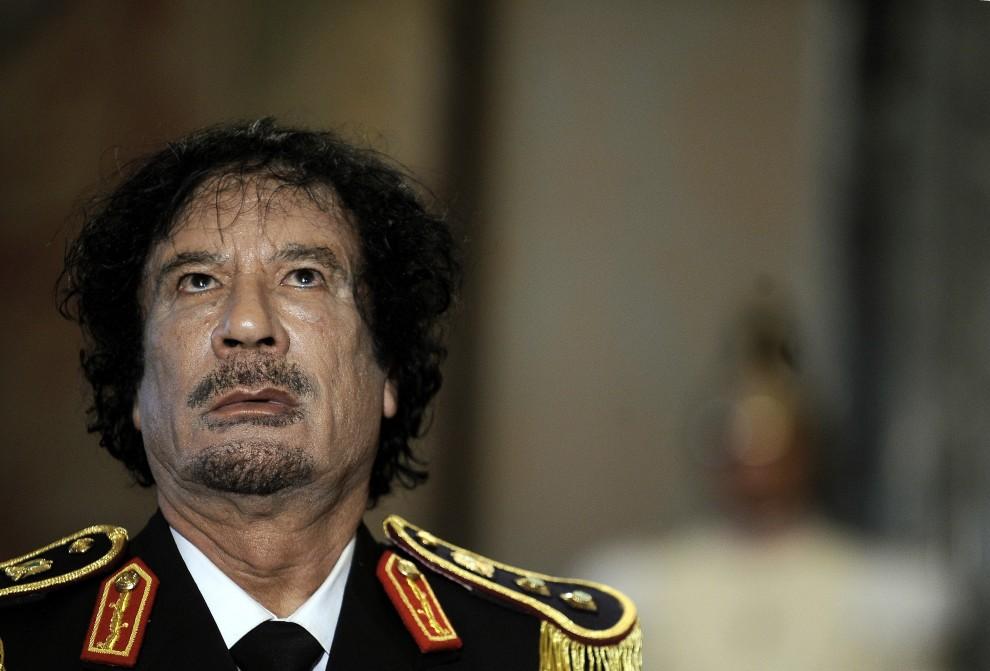 1. WŁOCHY, Rzym, 10 czerwca 2009: Muammar al-Kaddafi na konferencji prasowej w Pałacu Kwirynalskim - oficjalnej siedzibie prezydentów Włoch. AFP PHOTO / FILIPPO MONTEFORTE