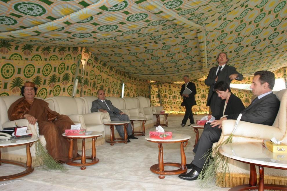 20. LIBIA, Trypolis, 6 października 2005: Muammar al-Kaddafi podczas spotkania z ministrem spraw wewnętrznych, Nicolasem Sarkozym. AFP PHOTO/OSAMA IBRAHIM