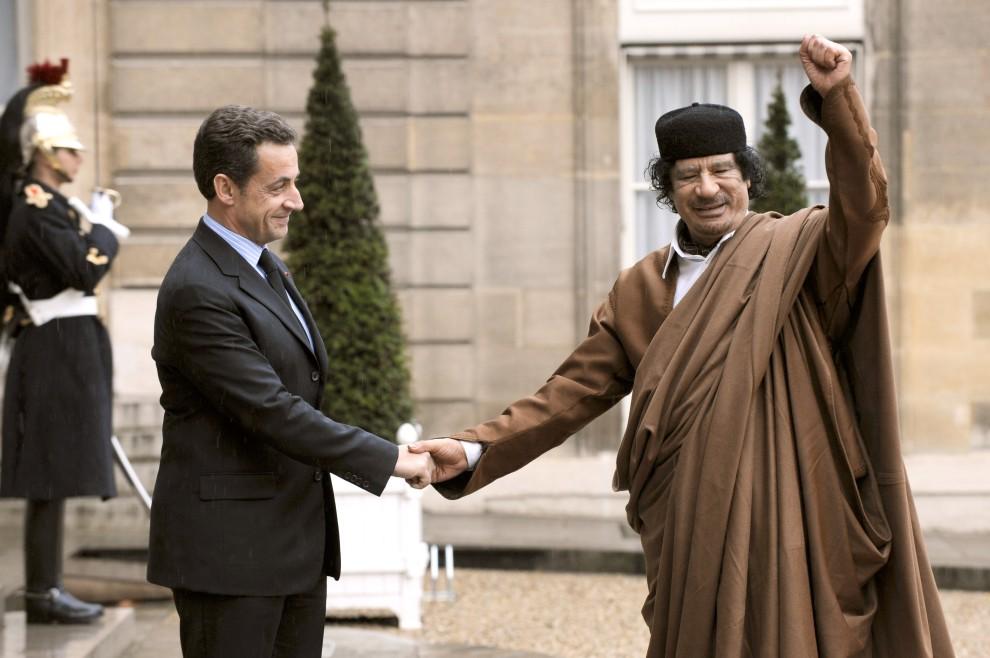 21. FRANCJA, Paryż, 10 grudnia 2007:  Muammar al-Kaddafi podczas spotkania z prezydentem Francji, Nicolasem Sarkozym. AFP PHOTO ERIC FEFERBERG