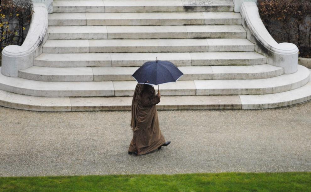 22. FRANCJA, Paryż, 10 grudnia 2007: Muammar al-Kaddafi wraca do swojego namiotu rozbitego w ogrodach Marigny. AFP PHOTO STEPHANE DE SAKUTIN