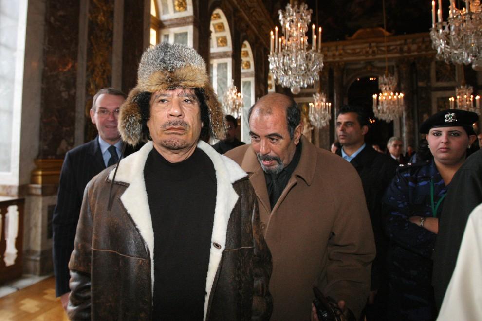26. FRANCJA, Wersal, 14 grudnia 2000: Muammar al-Kaddafi zwiedza Wersal. AFP PHOTO POOL PATRICK KOVARIK