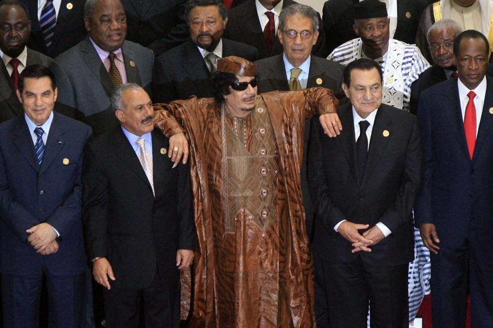 33. LIBIA, Syrta, 10 października 2010: Muammar al-Kaddafi  wspiera się na ramieniu prezydenta Egiptu Hosni Mubaraka (po prawej) oraz prezydenta Jemenu   Aliego Abdullaha Saleha (po lewej). Z lewej strony stoi jeszcze prezydent Tunezji, Zin Al-Abidin Ben Ali. AFP PHOTO/KHALED DESOUKI