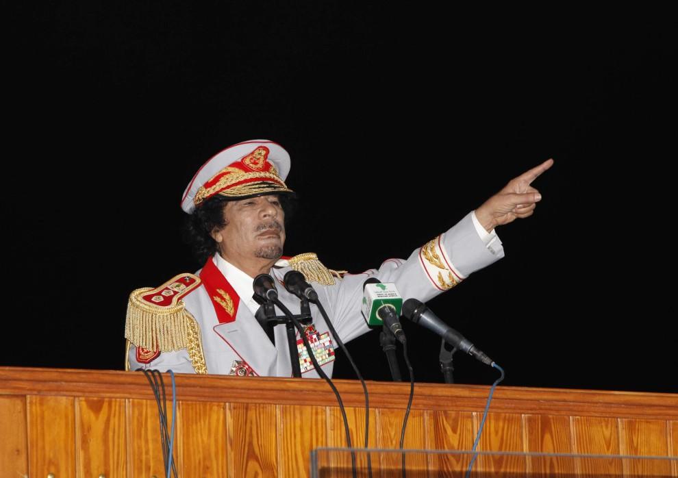 7. LIBIA, Trypolis, 12 czerwca 2010: Muammar al-Kaddafi przemawia w rocznicę ewakuacji wojsk amerykańskich z terytorium Libii. AFP PHOTO / MAHMUD TURKIA