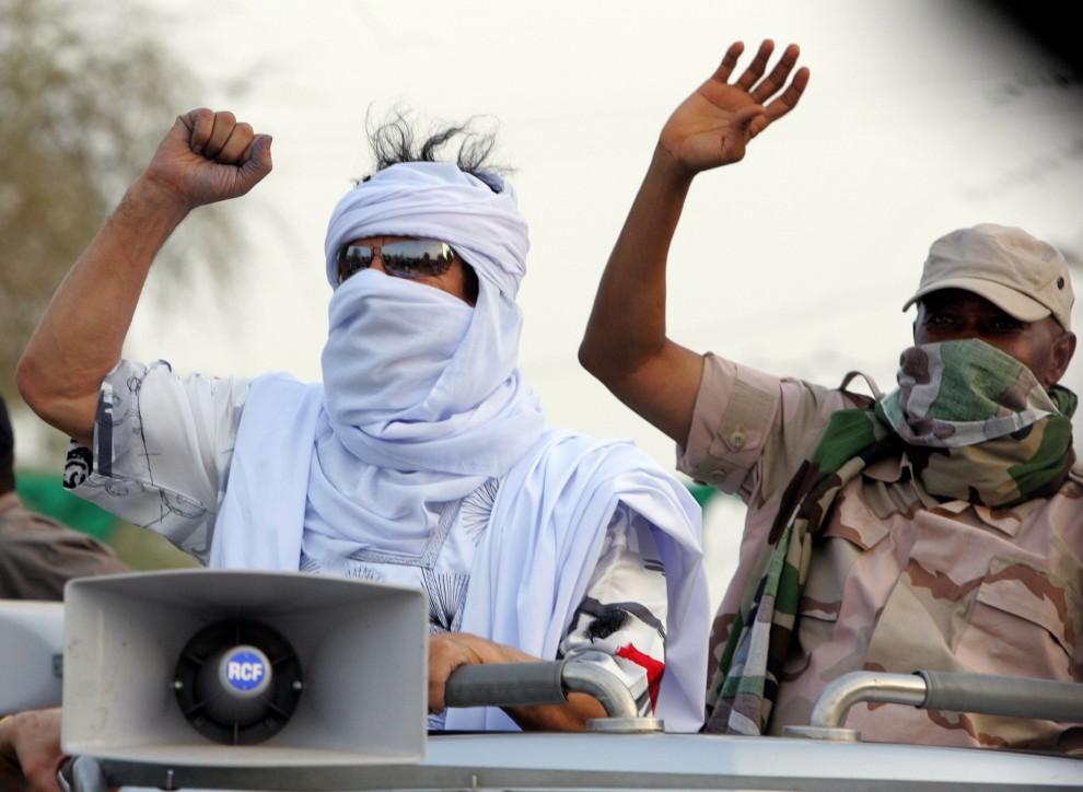 9. MALI, Timbuktu, 11 kwietnia 2006: Muammar al-Kaddafi i prezydent Amadou Toumani Touré pozdrawiają zebranych mieszkańców Timbuktu. AFP